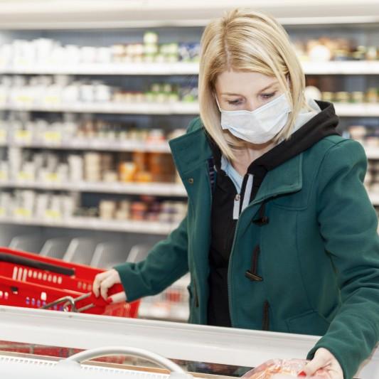 מבחן המסכות. קניות בסופר עם מסכה